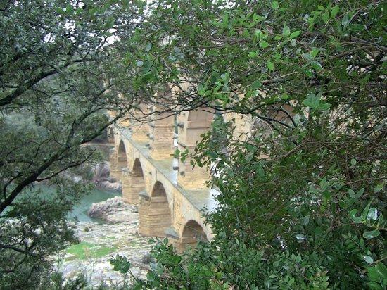 Pont du Gard : Midway view
