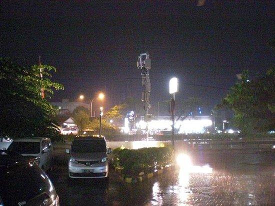 Amaris Hotel Soekarno-Hatta Airport: 道路の反対にあるスーパー(コンビニ)
