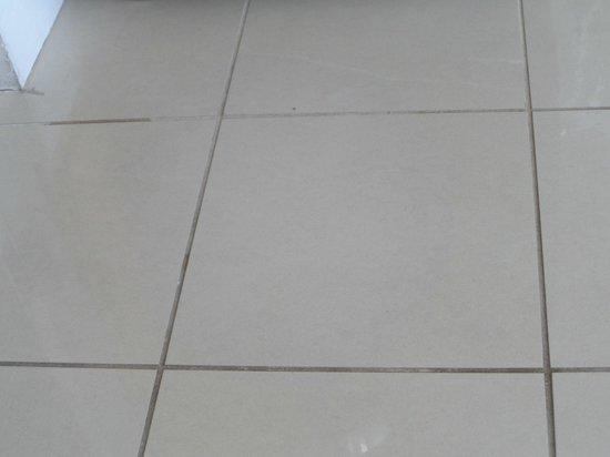 Pier House Resort & Spa : nasty tile