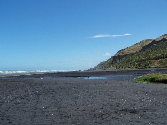 Manukau Heads Lighthouse: Black sands beach