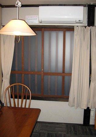 Sakura Guest House : 入ってすぐのテーブルと窓