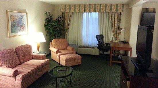 Hilton Garden Inn San Mateo: Room 522. Sitting room.