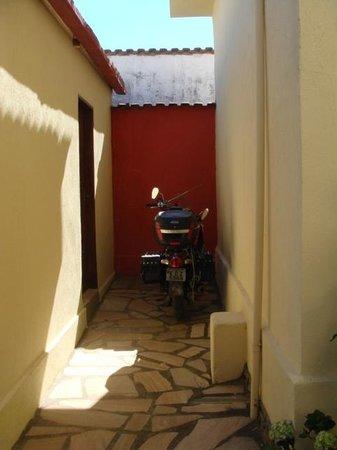 Pousada Do Tata : estacionamento da minha moto em frente ao chalé.