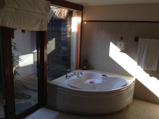 Victoria Phan Thiet Beach Resort & Spa: 三角浴缸和室外的淋浴,晚上可以望着星空洗澡哦