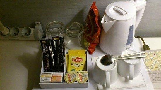 Hotel Turenne Le Marais: 部屋にあるティーセット。水は自分で冷蔵庫の中、もしくは自分で調達。