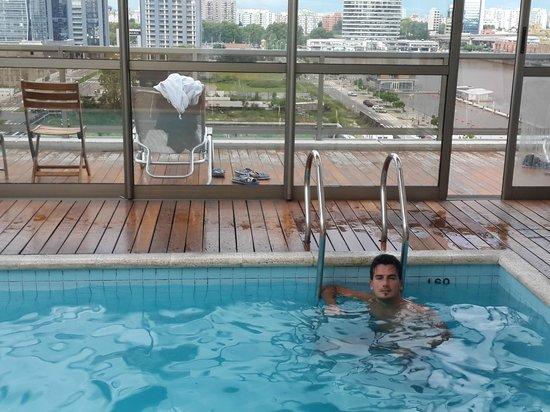 Hotel Madero: Pileta con vista al rio