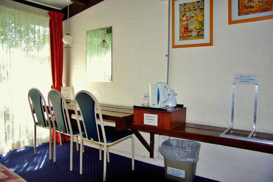 Blackheath Motor Inn: Breakfast  benches in Standard & Family rooms