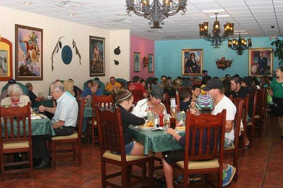 Los Arcos Mexican Restaurant: Lots of happy satisfied people!
