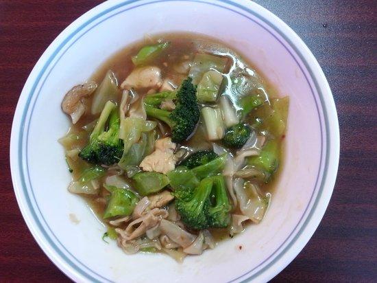 JK's Thai Buffet Restaurant.: Lad Na Chicken (Thai noodles with chicken in thick gravy)