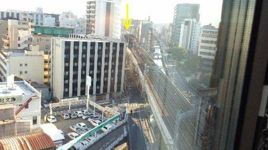 Nishitetsu Inn Tenjin : 矢印が西鉄薬院駅、窓閉めても電車の音聞こえます。 神経質な方はちょっとつらいかもね。