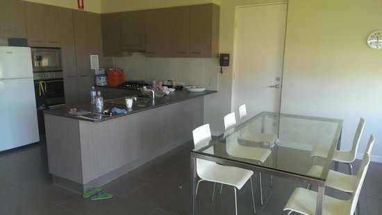Tindarra Resort: Kitchen & Dining with internal door