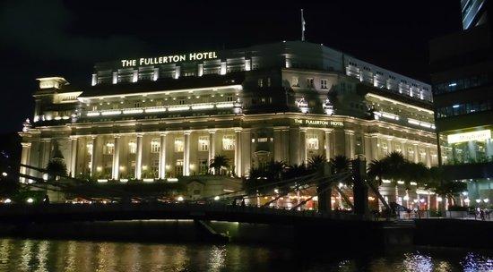 The Fullerton Hotel Singapore: Fullerton Hotel at night