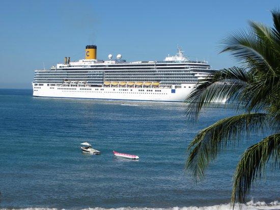 Crown Paradise Golden Resort Puerto Vallarta : cruise ship arriving at Puerto Vallarta ..  view from our balcony