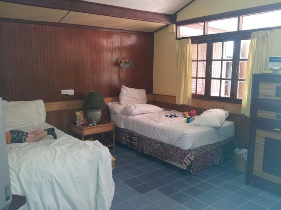 World Resort Bungalow : Decent size room with 1 double bed and 2 single beds. Enough floor space for family of 4