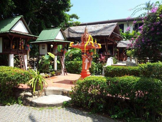 World Resort Bungalow : Budda shrine & pool area opposite room 208