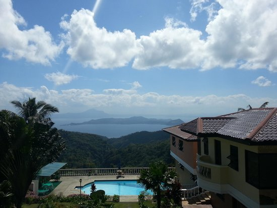 Villa Marinelli Bed and Breakfast : swimming pool overlooking the lake