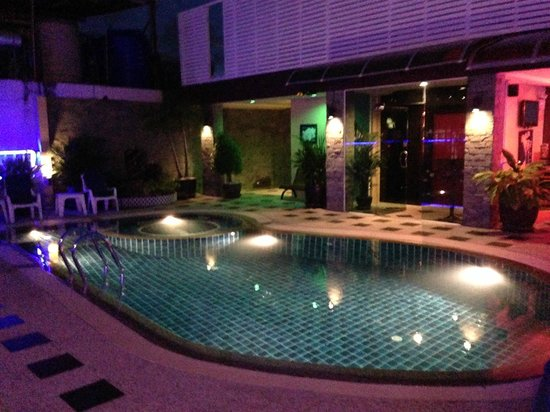 Hemingways Hotel Patong Beach : Rooftop pool