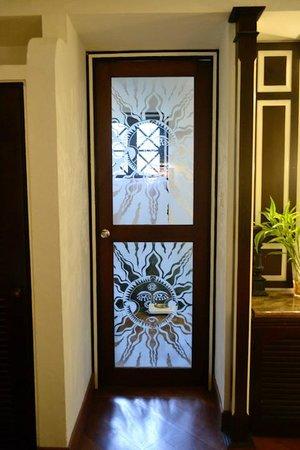 Cinnamon Lodge Habarana: Bathroom door