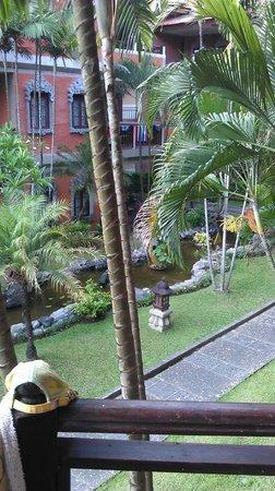 Adi Dharma Hotel: пруд с рыбками