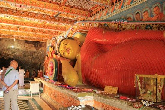 Isurumuniya Temple: Заходишь в узенькую комнатку, а там ОН - огромный, красно-желтый. Впечатляет!