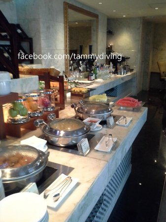 Sofitel Macau At Ponte 16 : buffet breakfast serve at 17th executive floor lounge
