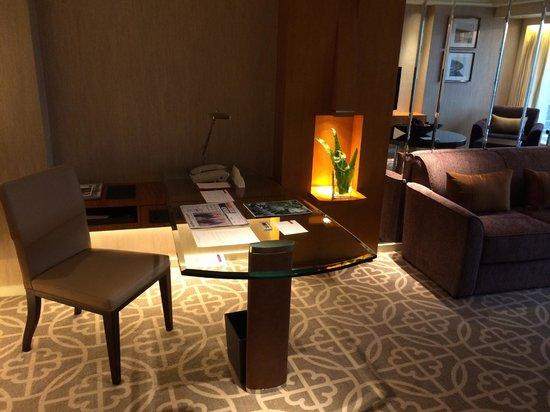 Grand Hyatt Beijing: Grand Suite desk