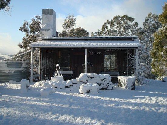 Heimat Chalets : Rustic BBQ hut in snow