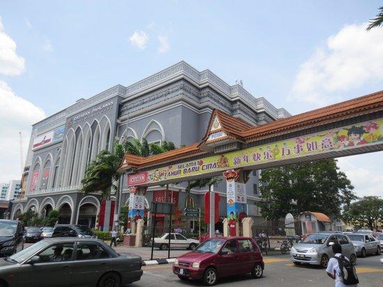 Hotel Equatorial Melaka : ホテル目の前のSC