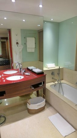 ITC Maurya, New Delhi: Well Lit Bathroom with a deep sink