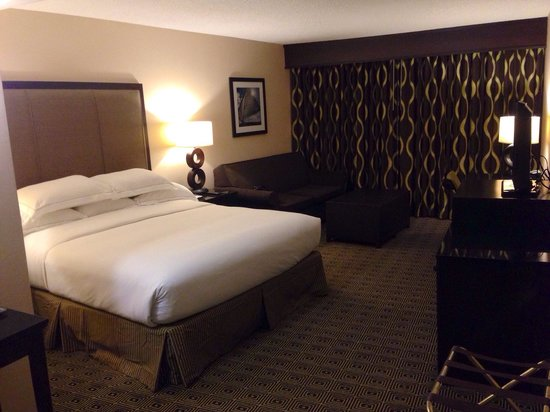 Hilton San Diego Airport/Harbor Island : Soft king size bed with fluffy pillows