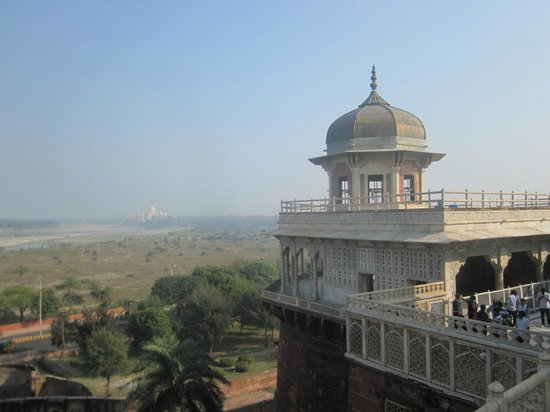 Fuerte de Agra: One of the minarets of Agra fort, with Taj in background