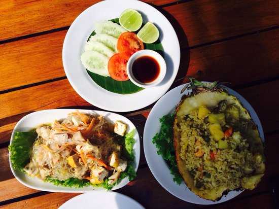 The Good View Bar & Restaurant Chiang Mai : Vegetarian glass noodle salad (too spicy to eat!) and pineapple fried rice