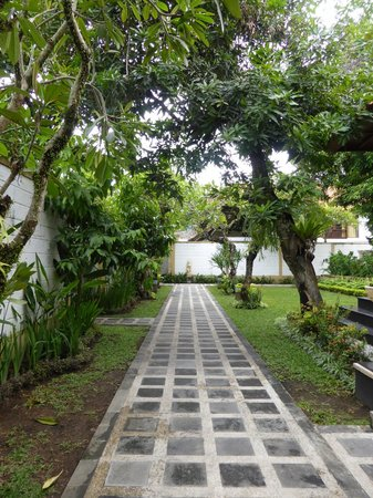 Dampati Villas: Private laneway leading into the villa