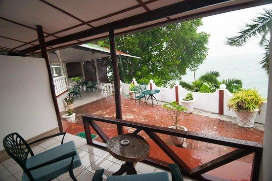 Anse Soleil Beachcomber: вид из номера 2 второну, противоположную пляжу (ресторан вверху)