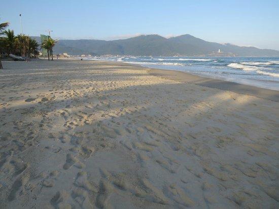 Sea Wonder Hotel: Golden sands of DaNang beach