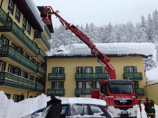 Grand Hotel Misurina: Il lodevole lavoro dei vigili del fuoco per mettere in sicurezza il tetto del Grand Hotel Misuri