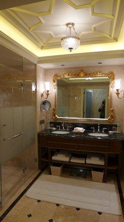 The Leela Palace New Delhi: Double sinks