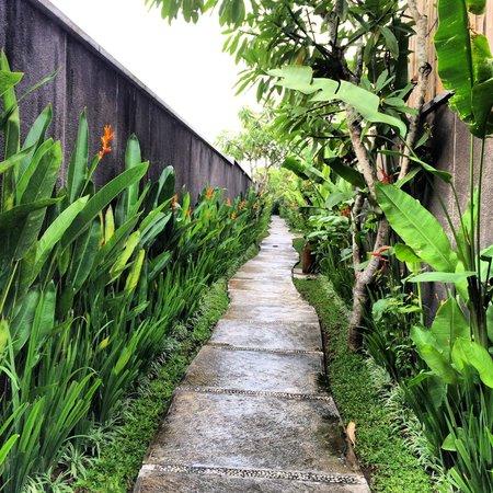 The Khayangan Villas : Walkway to Villas