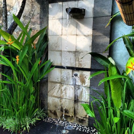 The Khayangan Villas: Outdoor shower - there's another shower in the bathroom