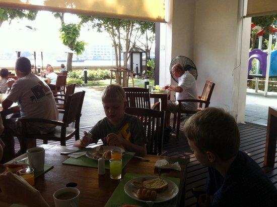 ibis Bangkok Riverside: Morgenmad på terrassen
