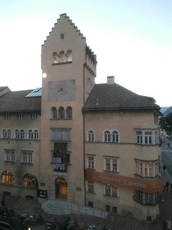 Südtiroler Archäologiemuseum : museo civico, di fronte all'archeologico