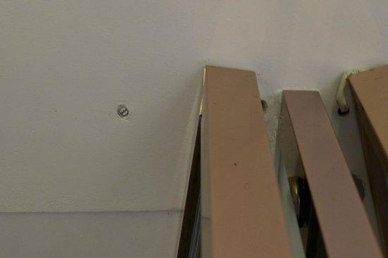 Naumi Hotel: Holes found