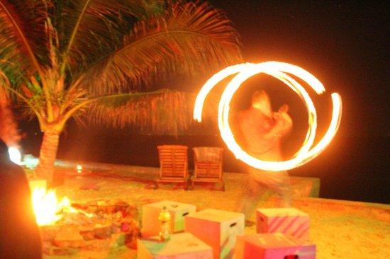 Pogo Beach Bar & Grill: fireshow!