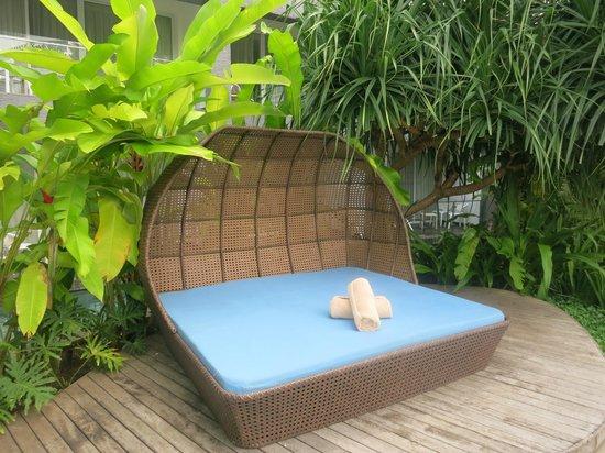 Le Meridien Bali Jimbaran : Диван у бассейна