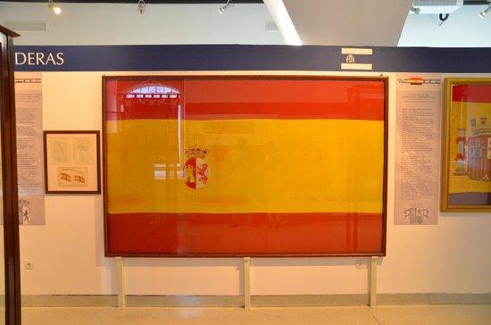 Museo Naval: De ésta bandera, fruto de un concurso popular, nace nuestra actual enseña nacional