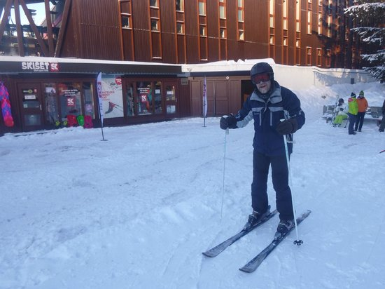 Hotel du Golf: Skiing out of the Hotek down to Vagere lift