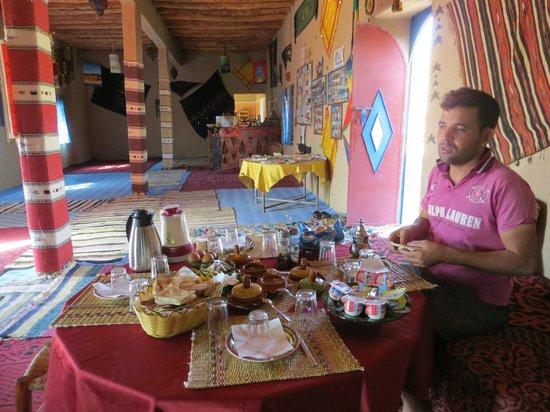 Auberge Hotel Porte De Sahara Ouzina: Petit déjeuner dans la salle à manger de l'Auberge Porte du Sahara Ouzina
