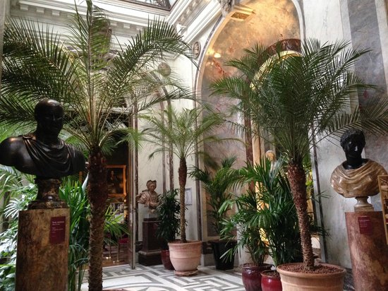 Musée Jacquemart-André : Approach to the Main Staircase