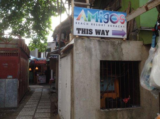 Amigos Beach Resort: Entrance to go into the resort. Hidden a little