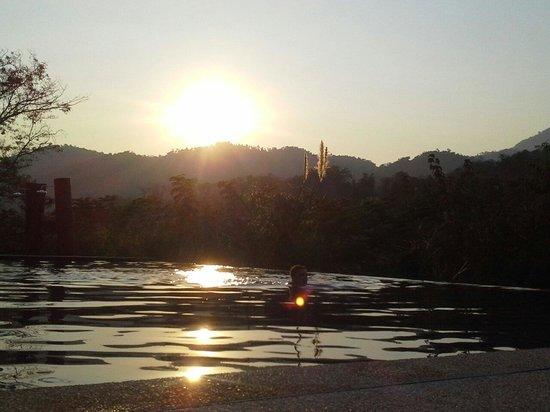 Nam Ou Riverside Hotel & Resort : Magnifique Sunset au bord de la piscine